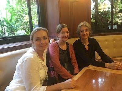 Julie avec les copines au café de Flore Paris